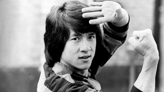 Žiadny iný herec nebol pri natáčaní bližšie k smrti toľkokrát ako on. Legenda akčných filmov Jackie Chan a jeho fascinujúci život