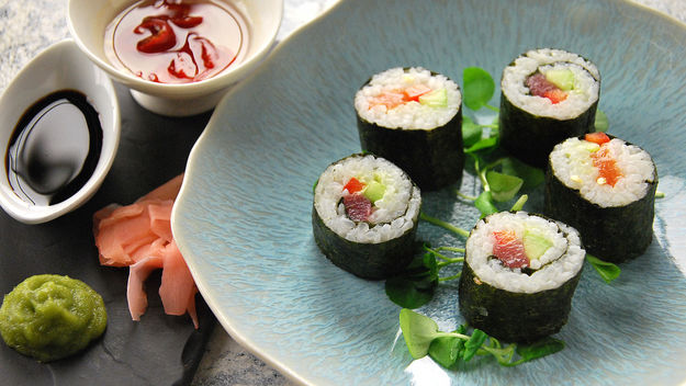 Salmon and tuna maki sushi rolls recipe