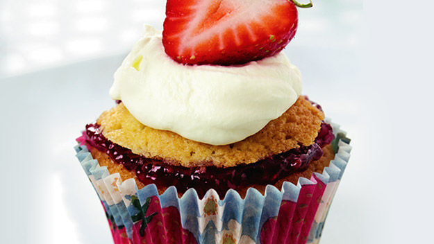 Sue McMahon: Strawberry and cream cupcakes
