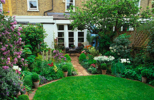 Small City Backyard Garden : The octagonal lawn sits neatly between the lush borders