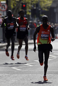 Wilson Kipsang leads the pack in his first attempt to win the men's marathon. His winning time is two hours four minutes and 44 seconds.