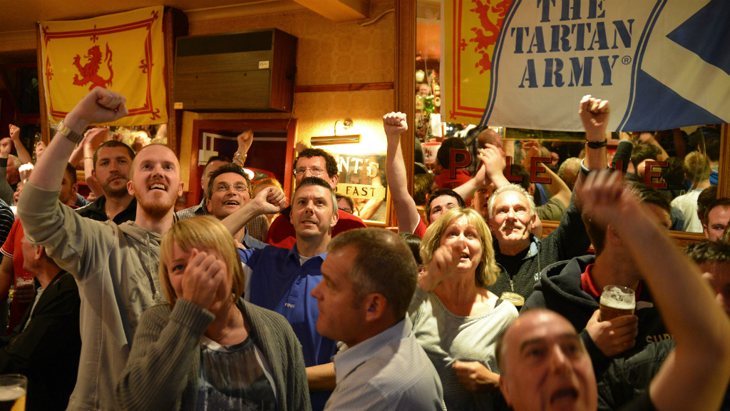 Fans cheer on Andy Murray in pubs across Scotland. (Reuters)