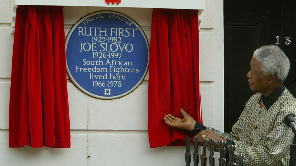 Nelson Mandela unveils a blue plaque celebrating South African freedom fighters in 2003 in London (R)