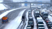UK snow, Warwick: Travel chaos for commuters in time for rush hour (R)