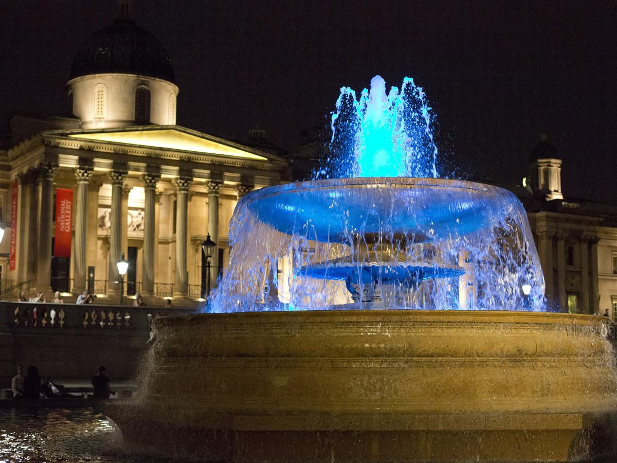 Trafalgar Square's fountains turn blue (R)