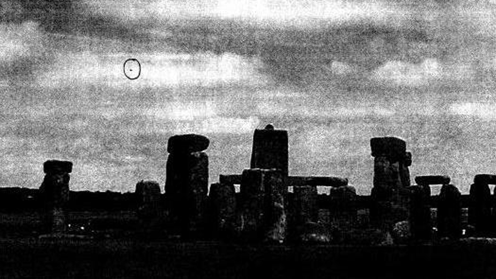 Photograph apparently showing a 'UFO' by Stonehenge, Wiltshire, January 2009