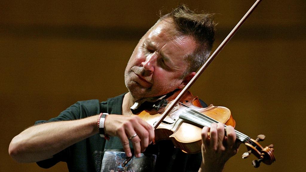 Violinist Nigel Kennedy performs works by Vivaldi (R)