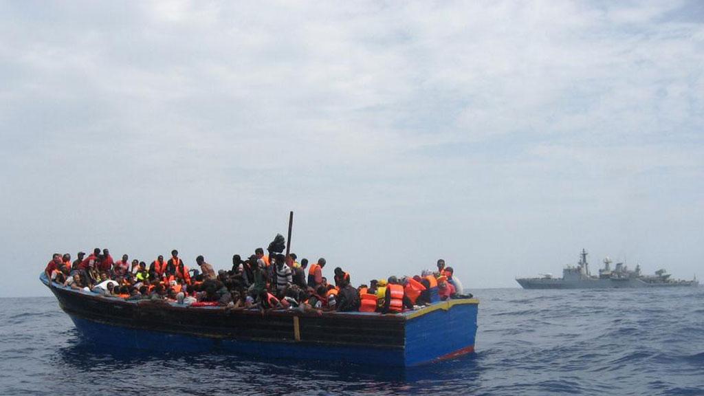 Italian navy rescues migrants (pictures - Italian navy)
