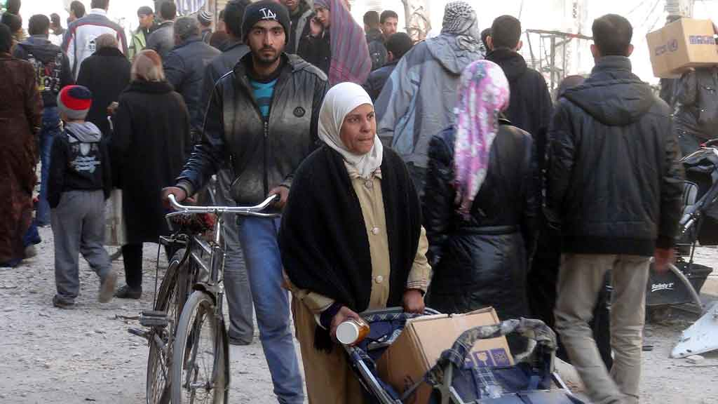 Hundreds of refugees have been evacuated from the Yarmouk camp on the outskirts of Damascus