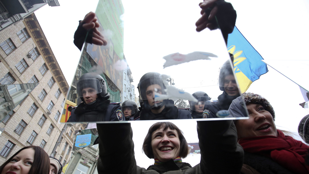 Ukraine protesters hold up mirrors but is movement reaching end? (Reuters)