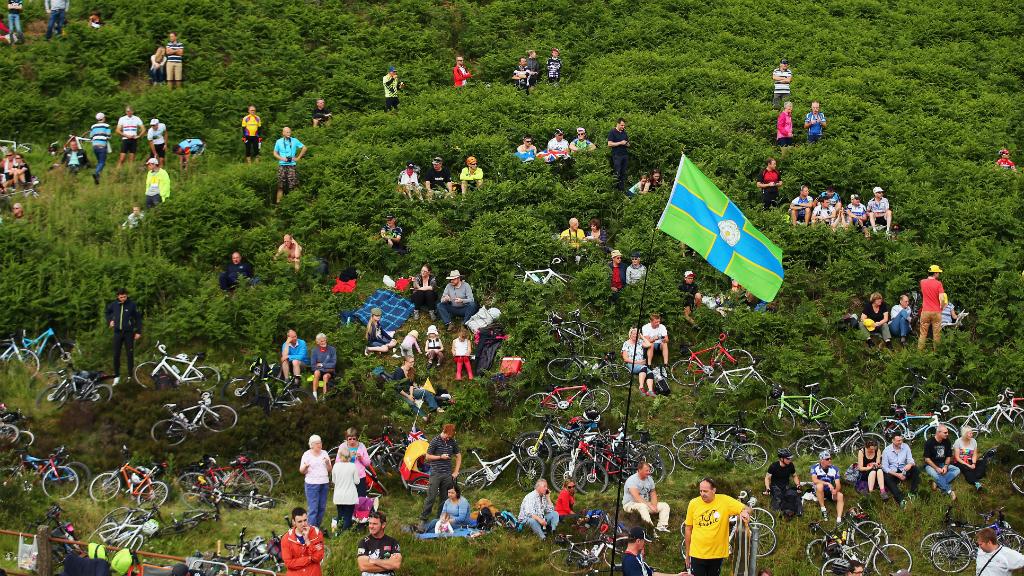 Fans gather at Cote de Blubberhouses outside Knaresborough. (Getty)