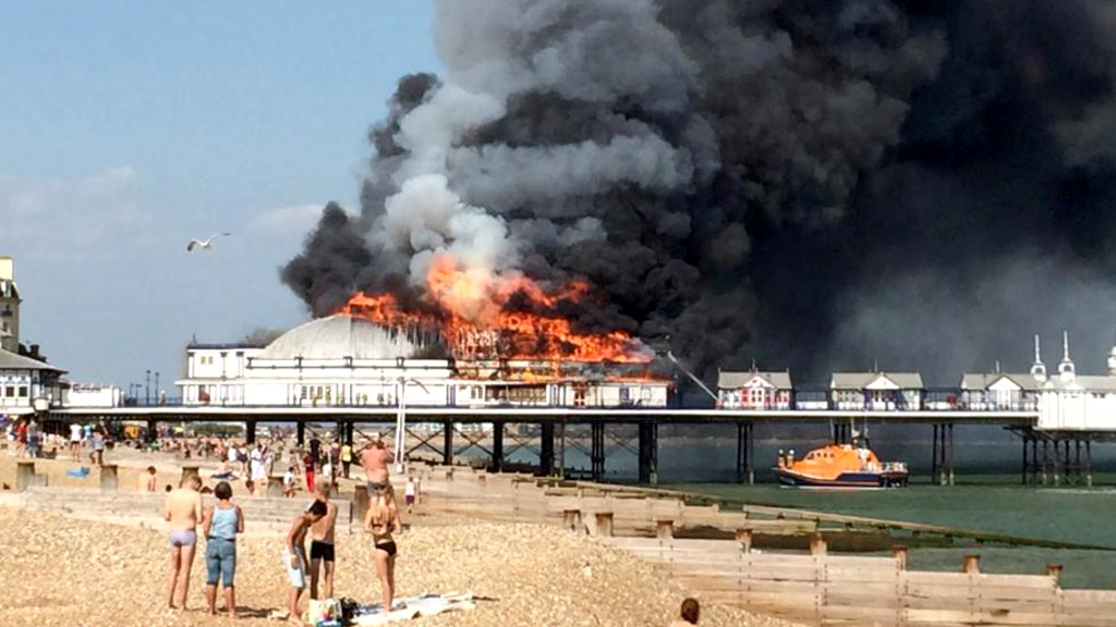 A major fire engulfs Eastbourne pier in Sussex. (Ant Miller/Twitter)