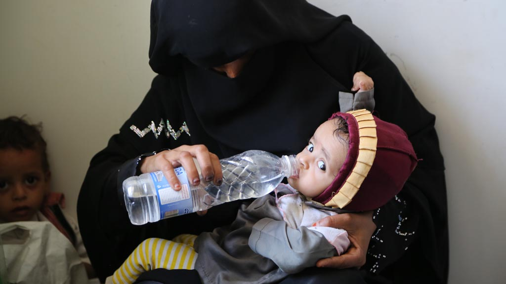 Yemeni child being given water