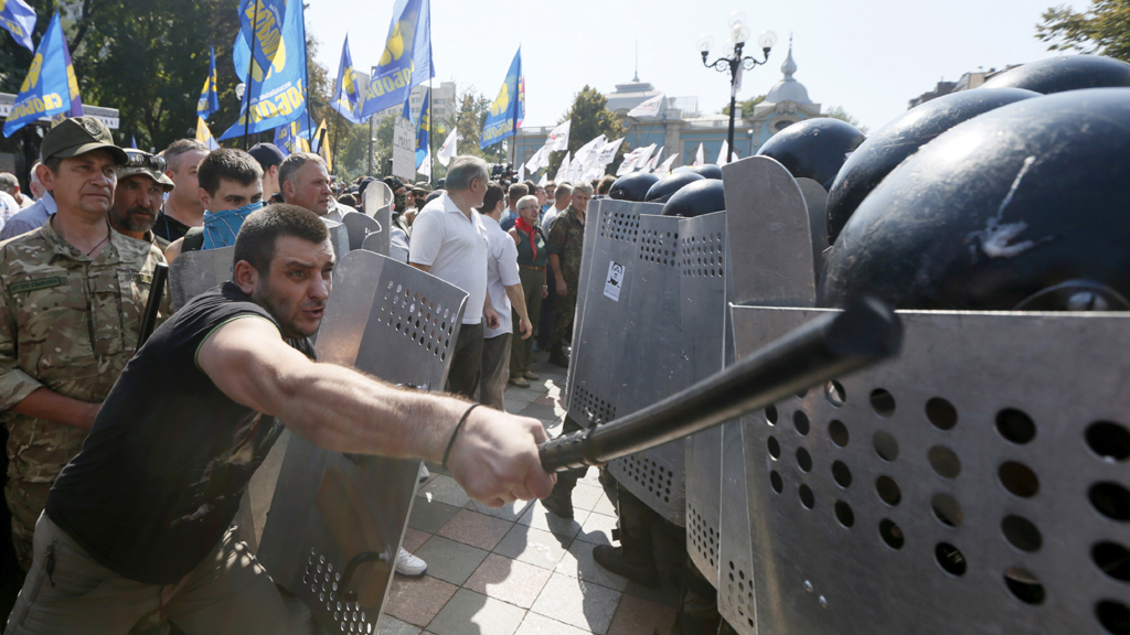 Protesters clash with national guardsmen in Kiev (Reuters)