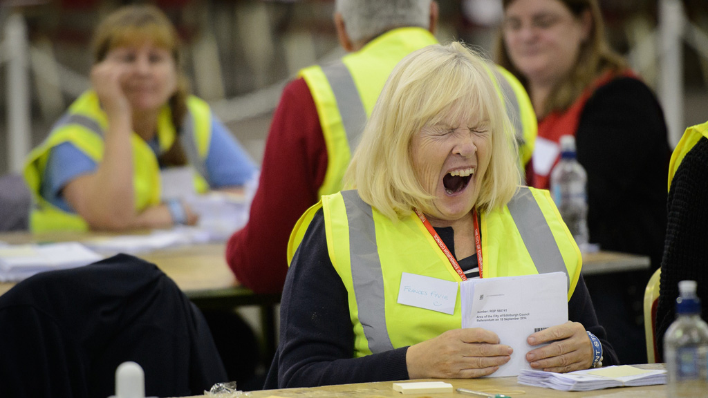An exhausted teller yawning at the count following the 2014 Scottish independence referendum (Getty)