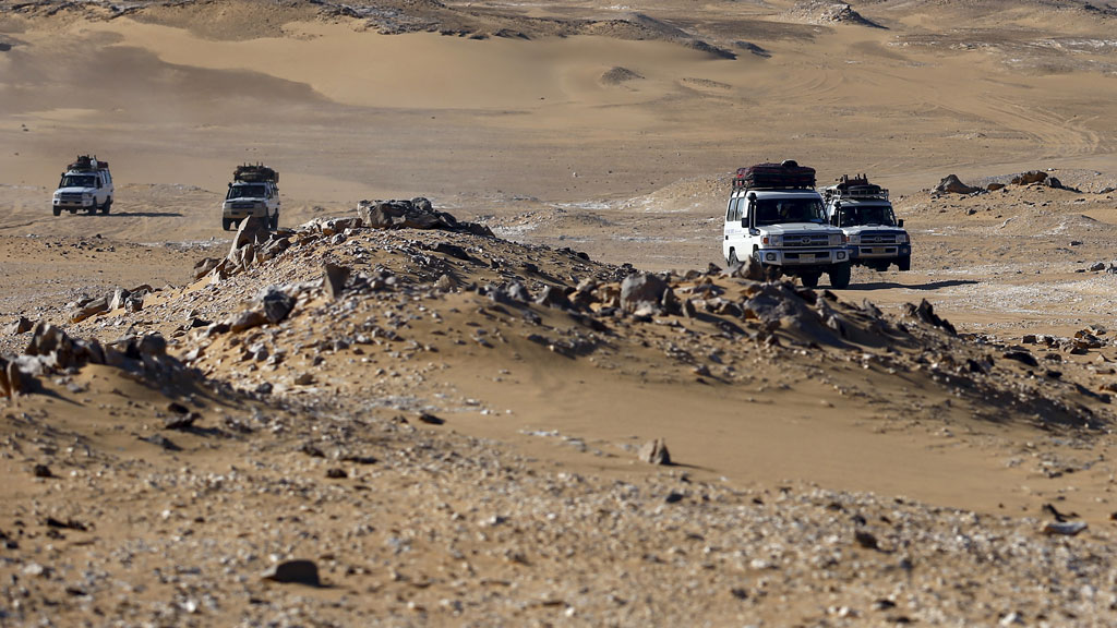 4X4 crossing Egyptian sand dunes