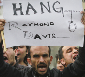 Pakistan people call for Raymond Davis to be hanged (reuters)
