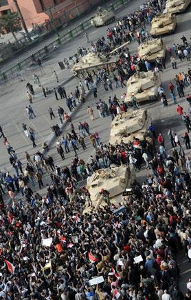 Egypt revolt: Thousands defy curfew as pressure mounts