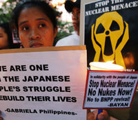 Anti-nuclear protestors in Manila (R)
