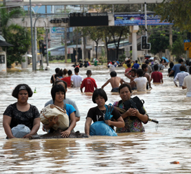 Floods and mudlsides in Thailand kill 21 and strand tourists (Getty)
