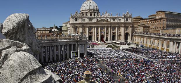 Pope John Paul II beatified before Vatican crowd