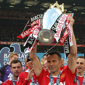 Ryan Giggs lifts the Premier Leagur trophy. (Getty)
